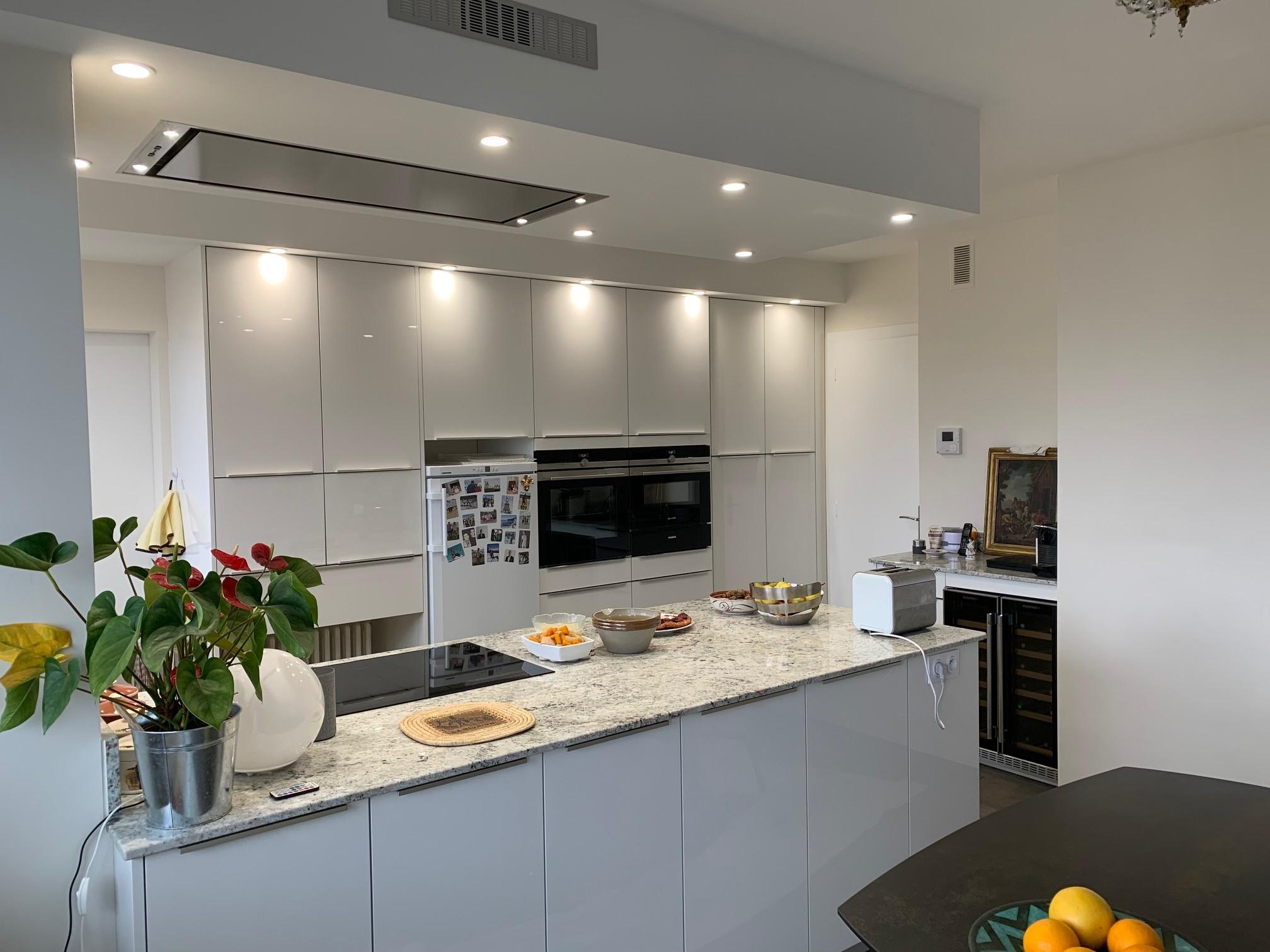 cuisine blanche avec hotte plafond