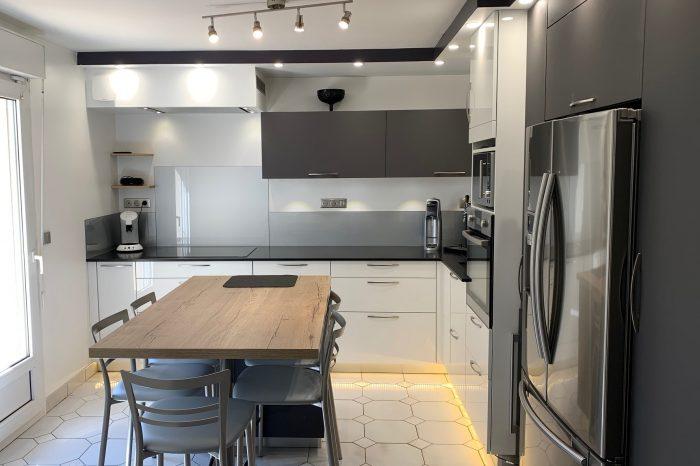 cuisine blanc et gris foncé